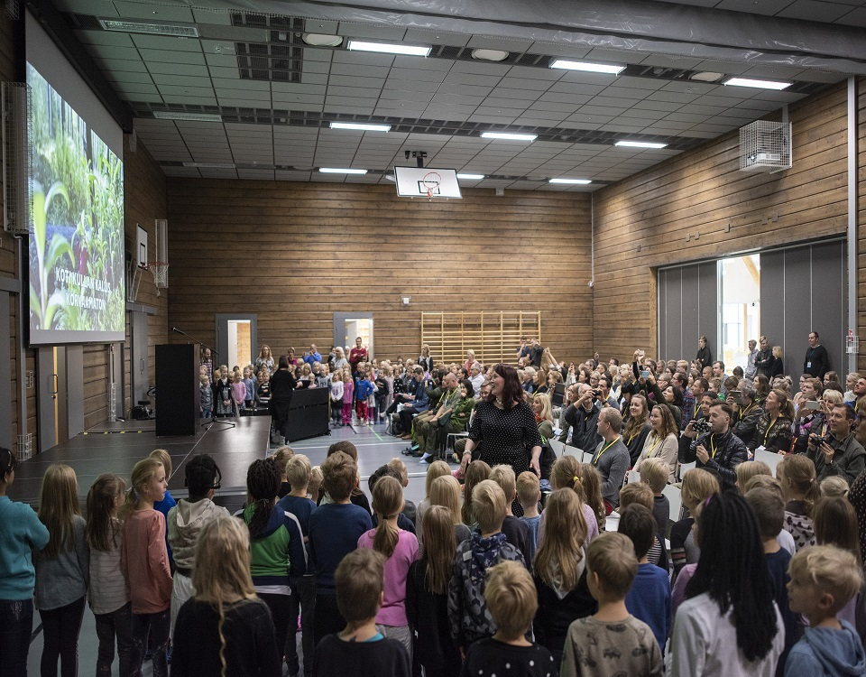 Forest pedagogues from across Europe with pupils of the Log campus